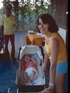 אמא שלי ביחד איתי בחוף השנהב, סוף שנת 1973